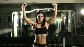 Ragazza in ginnastica Addestramento del peso Lavoro sui muscoli della parte posteriore bodybuilding archivi video