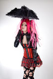 Ragazza gotica divertente con l'ombrello fotografia stock libera da diritti