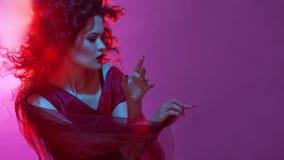 Ragazza gotica nel colore rosso Giovane fatale ballante del femme immagini stock libere da diritti