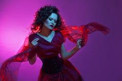 Ragazza gotica nel colore rosso Giovane fatale ballante del femme fotografie stock