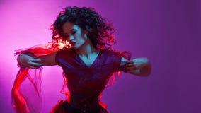 Ragazza gotica nel colore rosso Giovane fatale ballante del femme immagini stock