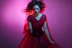 Ragazza gotica nel colore rosso Giovane fatale ballante del femme fotografia stock