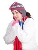 Ragazza grassa di inverno con la grande tazza blu Fotografia Stock