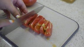 Ragazza grassa nella cucina archivi video
