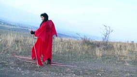 Ragazza grassa stessa che cammina sulla terra asciutta nella corsa con gli sci Movimento lento archivi video