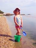 Ragazza graziosa alla spiaggia Fotografie Stock Libere da Diritti