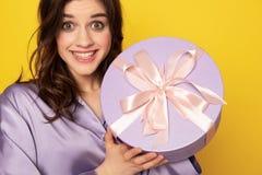 Ragazza graziosa allegra che mostra scatola attuale festiva immagini stock libere da diritti