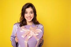 Ragazza graziosa allegra che tiene scatola attuale festiva fotografia stock