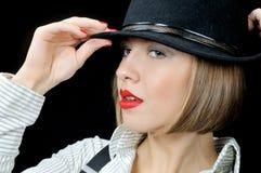 Ragazza graziosa in camicia e cappello stripy fotografia stock libera da diritti