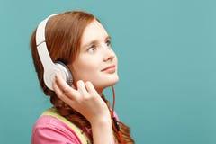 Ragazza graziosa che ascolta la musica immagini stock