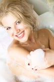 Ragazza graziosa che cattura un bagno Fotografia Stock Libera da Diritti