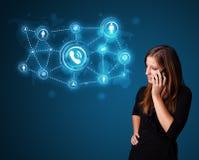 Ragazza graziosa che fa telefonata con le icone della rete sociale Immagine Stock