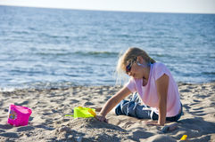 Ragazza graziosa che gioca alla spiaggia Immagini Stock