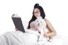 Ragazza graziosa che legge un libro Immagine Stock