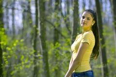Ragazza graziosa che modella nella foresta fotografie stock libere da diritti