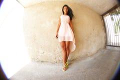Ragazza graziosa che posa contro la parete, fisheye fotografie stock libere da diritti