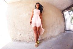 Ragazza graziosa che posa contro la parete, fisheye immagine stock libera da diritti