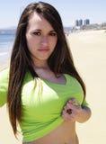 Ragazza graziosa che propone alla spiaggia Fotografia Stock Libera da Diritti