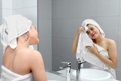 Ragazza graziosa che pulisce il suo fronte con un asciugamano Fotografia Stock Libera da Diritti