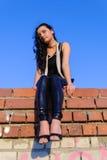 Ragazza graziosa che si siede sul tetto Fotografia Stock Libera da Diritti
