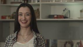 Ragazza graziosa che sorride e che mostra i pollici su stock footage