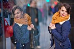 Ragazza graziosa che sta allo shopfront fotografia stock libera da diritti