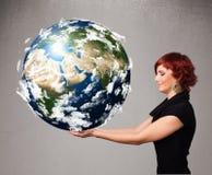 Ragazza graziosa che tiene la terra del pianeta 3d Fotografia Stock Libera da Diritti