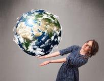 Ragazza graziosa che tiene la terra del pianeta 3d Fotografie Stock Libere da Diritti