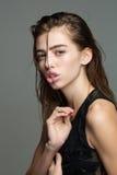 Ragazza graziosa con capelli bagnati lunghi Fotografia Stock