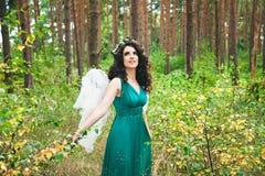 Ragazza graziosa con cercare delle ali di angelo Fotografie Stock