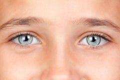 Ragazza graziosa con gli occhi azzurri fotografia stock libera da diritti