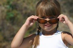 Ragazza graziosa con gli occhiali da sole Fotografia Stock Libera da Diritti