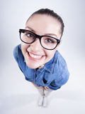 Ragazza graziosa con i denti perfetti che indossano sorridere di vetro del geek Fotografie Stock Libere da Diritti