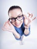 Ragazza graziosa con i denti perfetti che indossano sorridere di vetro del geek Fotografie Stock