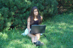 Ragazza graziosa con il computer portatile Fotografie Stock