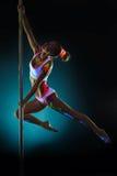 Ragazza graziosa con il dancing al neon di trucco sul pilon Fotografie Stock Libere da Diritti