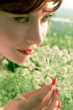 Ragazza graziosa con il fiore Fotografia Stock