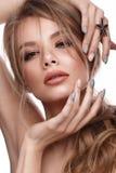 Ragazza graziosa con l'acconciatura facile, il trucco classico, le labbra nude e la progettazione del manicure Fronte di bellezza immagine stock