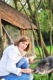 Ragazza graziosa con l'animale domestico fotografia stock libera da diritti