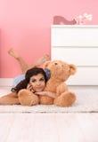Ragazza graziosa con l'orso molle enorme del giocattolo Fotografie Stock