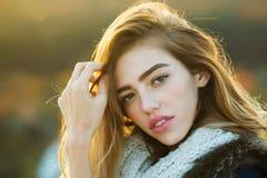 Ragazza graziosa con la sciarpa tricottata Fotografia Stock Libera da Diritti