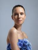 Ragazza graziosa con le lentiggini che portano il vestito del fiore Immagini Stock