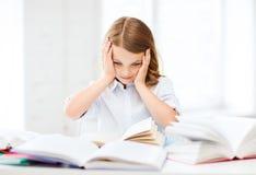 Ragazza graziosa con molti libri alla scuola Immagine Stock Libera da Diritti