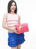 Ragazza graziosa con un contenitore di regalo Fotografia Stock Libera da Diritti