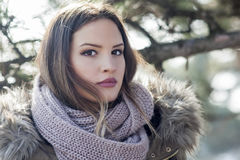 Ragazza graziosa con una sciarpa Fotografia Stock