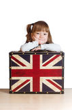 Ragazza graziosa con una valigia con la bandiera di Britannici Immagini Stock