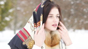 Ragazza graziosa coperta in scialle nella foresta di inverno stock footage