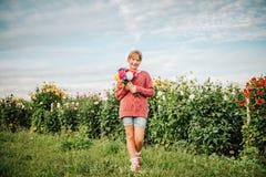 Ragazza graziosa del bambino che gioca fuori nel giardino floreale Fotografia Stock Libera da Diritti