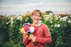 Ragazza graziosa del bambino che gioca fuori nel giardino floreale fotografie stock