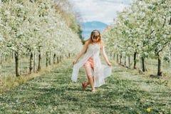 Ragazza graziosa del bambino che gioca nel giardino di primavera immagine stock libera da diritti